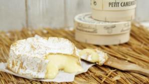 Гарячий сир брі з ягідним соусом і крутонами